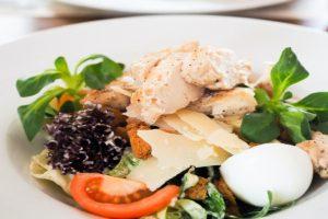 Cezar salata na tanjiru