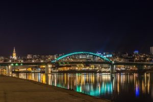 Pogled na Brankov most noću u Beogradu