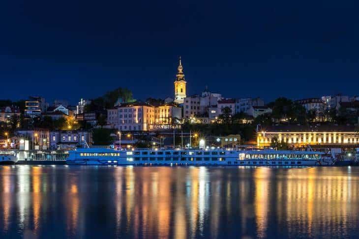 Pogled na beograd noću, sa reke