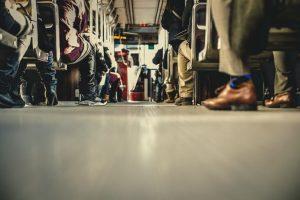 Pogled na noge ljudi u prevozu