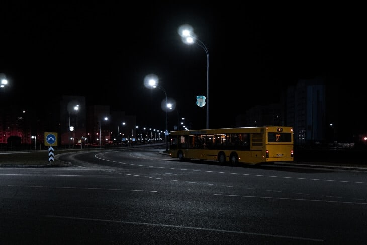Pogled na autobus gradskog prevoza noću