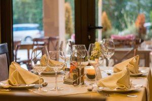 Postalvjene čaše i tanjiri na stolu u restoranu