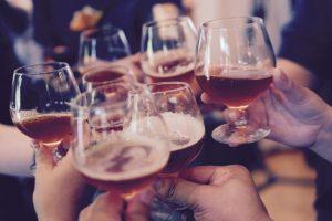 Nazdravljanje čašama u kome se nalazi pivo