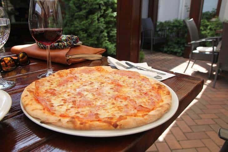 Okrugla pica na stolu u restoranu