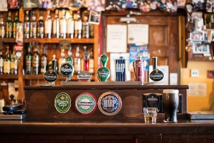 Fotografija šanka u pub-u