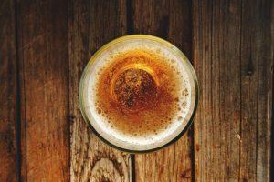 Fotografija čaše piva odozgo