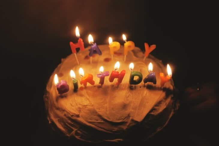 Upaljene svećice na rođendanskoj torti