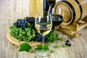 Čaše belog i crnog vina na stolu