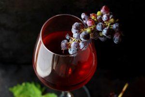 Grožđe u čaši crvenog vina