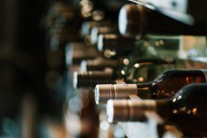Više flaša vina raspoređenih u policama