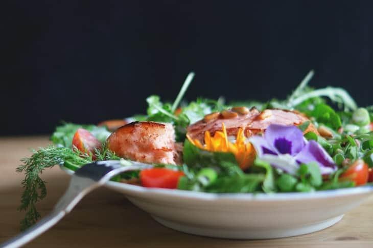Salata od ribe servirana u tanjiru
