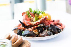 Tanjir na kom je servirana morska hrana