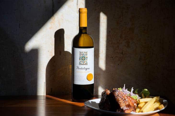 Postavljen ručak belo mesto i flaša vina