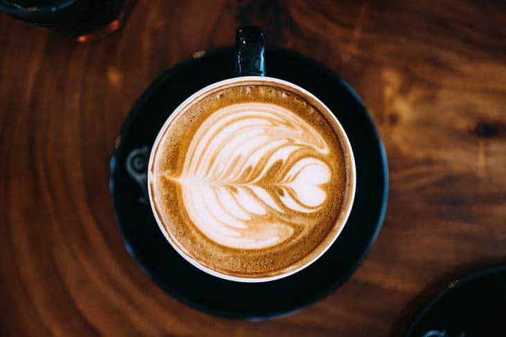 Šolja kafe iz ptičije perspektive
