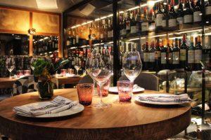Večera postavljena na stolu i dve čaše vina