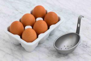 Prikaz jaja u korpici na beloj površini