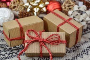 Tri kutijice sa crvenim mašnama u kojima su pokloni