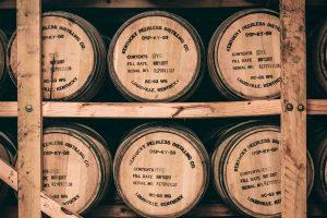 Složeni burići viskija u podrumu