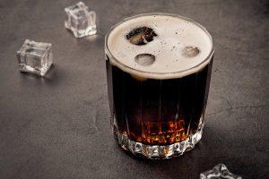 Prikaz čaše u kojoj je piće sa ledom