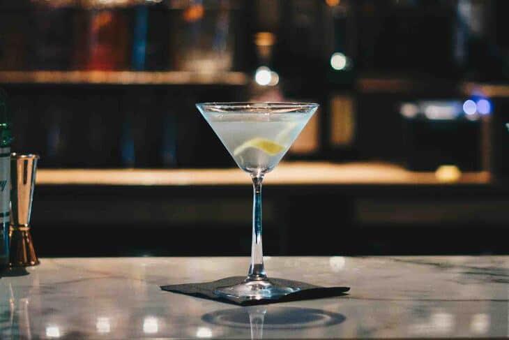 Čaša martinija sa limunom na šanku